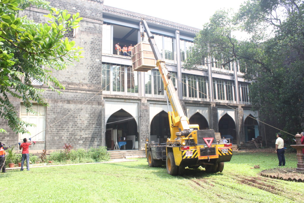 Lifting 'Unicode' up to the second floor of the Museum using a crane ©CSMVS, Mumbai